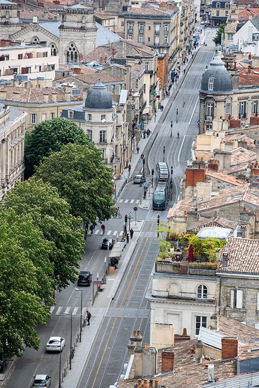 Vue aérienne du tramway en ville et vue des toits Bordeaux (c) Bordeaux Métropole