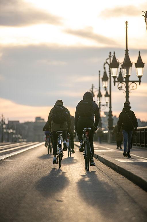Cyclistes sur le pont de Pierre à Bordeaux (c) JB Menges Bordeaux Métropole