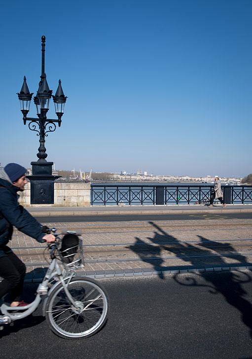 Cycliste sur le Pont de Pierre © C. Goussard