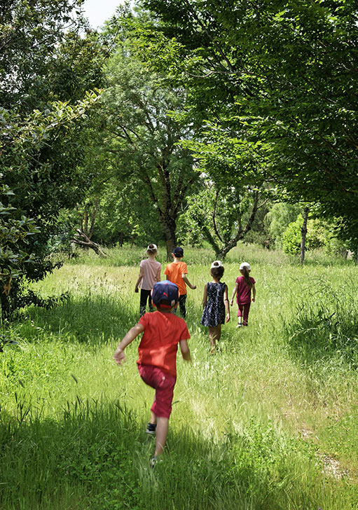 Enfant courent dans l'herbe entre les arbres (c) V. Monthiers