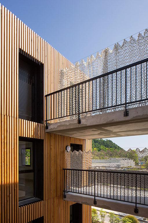 Nouveau logement avec bardages bois et passerelles métaliques et béton à Floirac (c) Arthur Péquin
