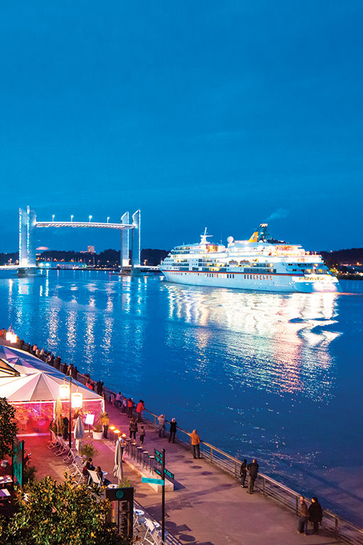 Les quais de Bordeaux - Sortie d'un paquebot par le pont Chaban-Delmas de nuit (c) Arthur Péquin