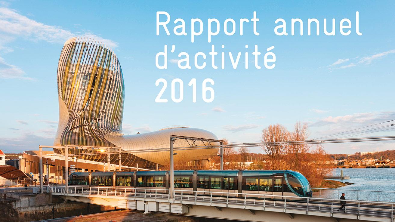 Rapport annuel d'activité 2016 - Le tramway sur la passerelle des Bassins à Flot avec la Citée du Vin et la Garonne - (c) Arthur Péquin