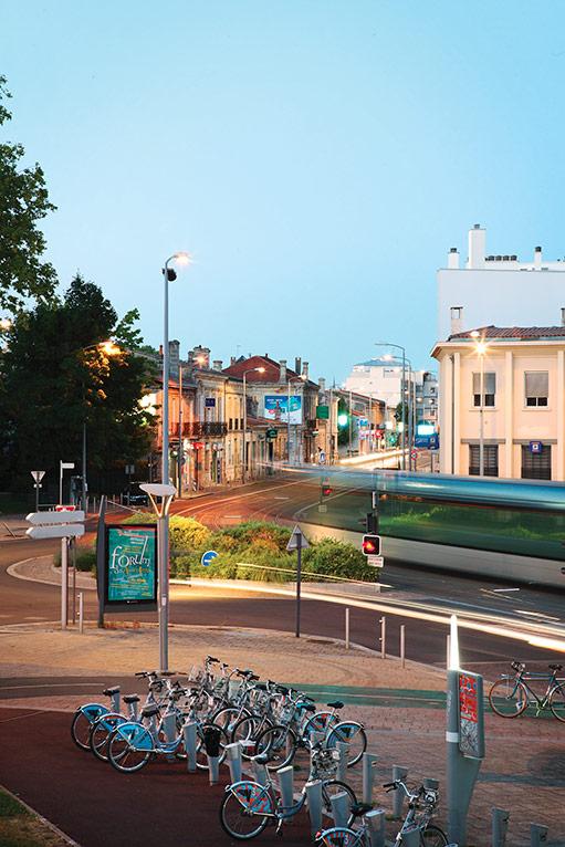 Passage du tramway et station de vélos V3 (c) Etcheverria